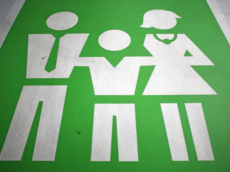 Bild zu Vater, Mutter und Kind auf einem Schild