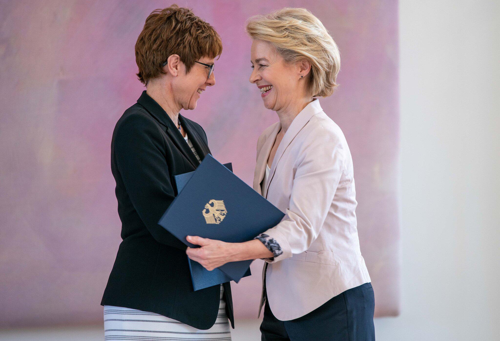 Bild zu Entlassung und Ernennung der Verteidigungsministerin