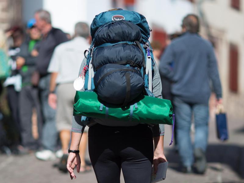 Bild zu Backpacker ist mit Rucksack unterwegs