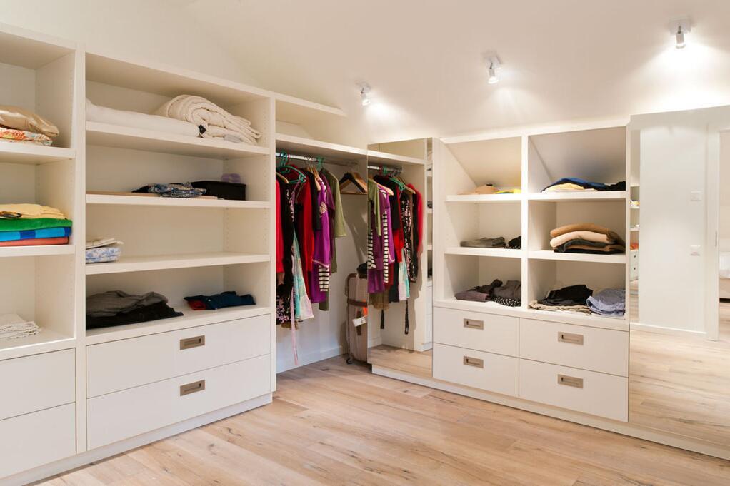 begehbarer kleiderschrank unter dachschrge viel platz unter der dachschr ge u2013 heimwerken. Black Bedroom Furniture Sets. Home Design Ideas