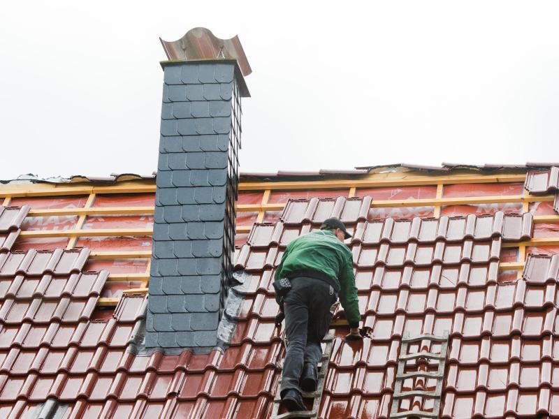 Bild zu Dachdecker bei der Arbeit