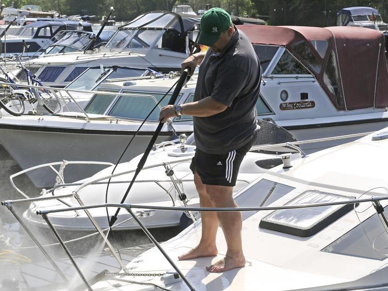 Bild zu Boote liegen an einem Steg