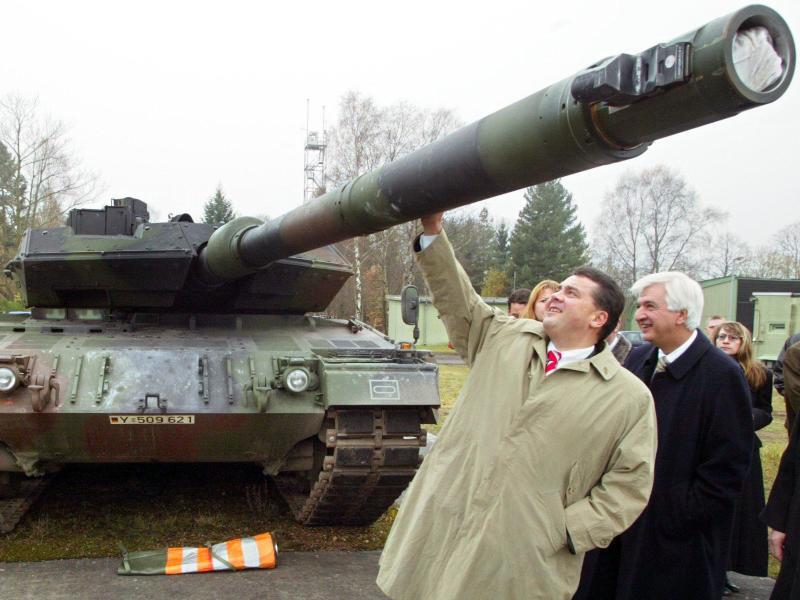 Bild zu Gabriel besichtigt Panzer