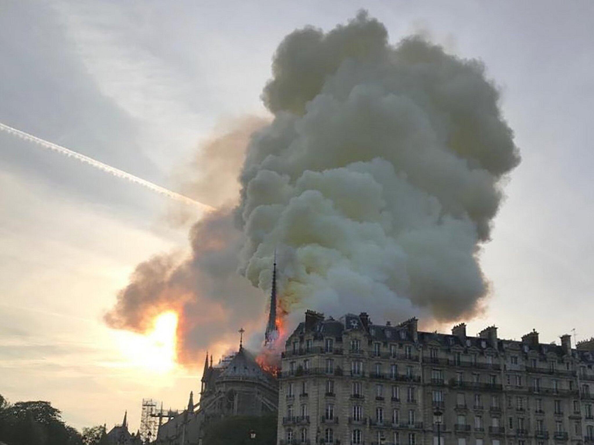 Bild zu Paris Cathedral Notre-Dame on fire
