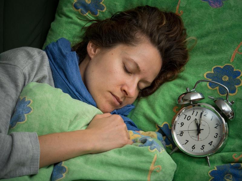 Bild zu Eine Frau schläft im Bett