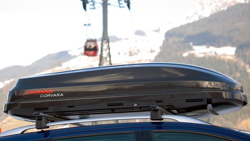 Sicher in den Skiurlaub: Zum Beispiel mit einer Dachbox für das Wintersportgerät