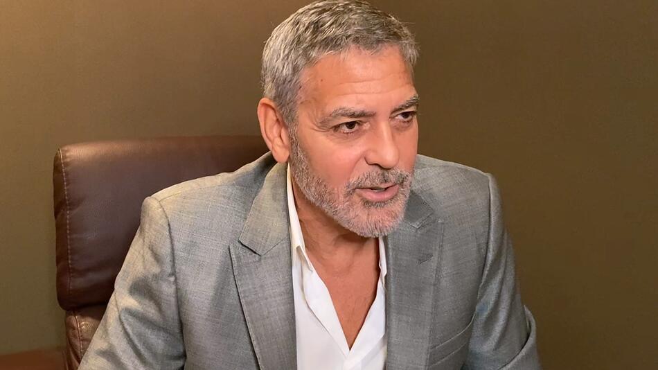 George Clooney ärgert sich über Internet-Trolle und ist begeistert vom Auftreten von Chrissy Teigen.