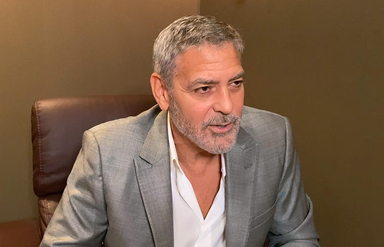 Bild zu George Clooney ärgert sich über Internet-Trolle und ist begeistert vom Auftreten von Chrissy Teigen.