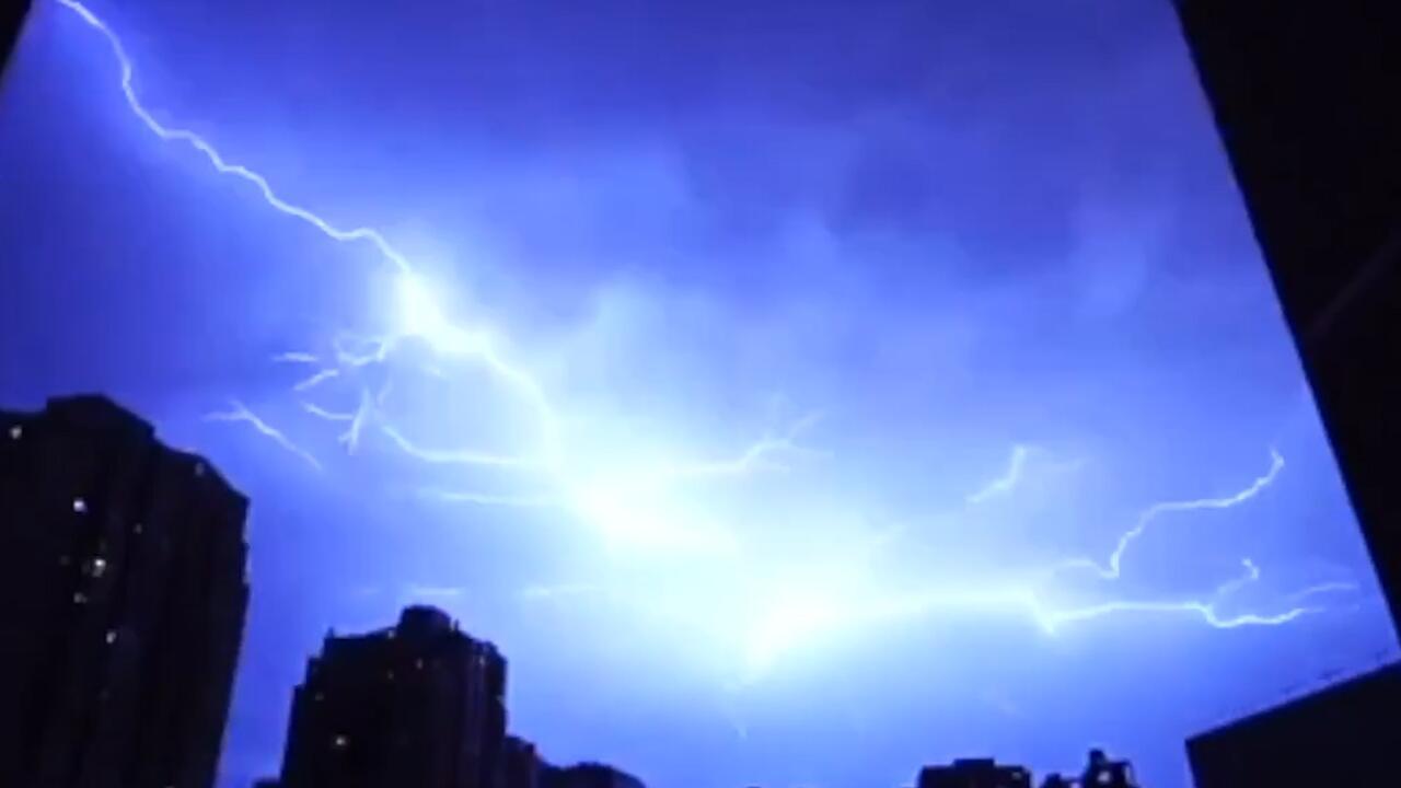 Bild zu Spektakuläre Aufnahmen. Gewitter liegt wie ein Spinnennetz über der Stadt
