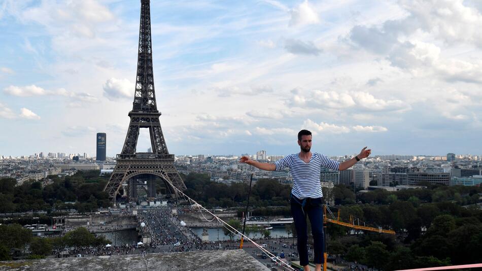 Drahtseilakt am Pariser Eiffelturm