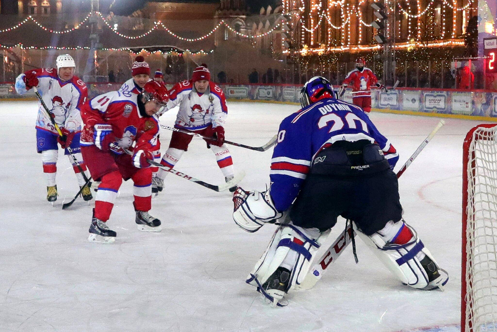 Bild zu Russischer Präsident spielt Eishockey