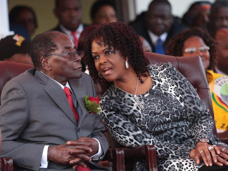 Bild zu Ehepaar Mugabe