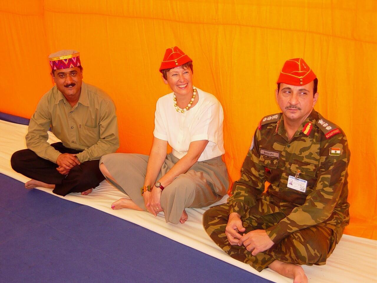 Bild zu Angela Kane in Eritrea mit den indischen Peacekeepern.