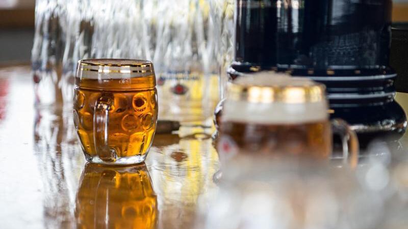 Biergläser stehen auf einem Tresen