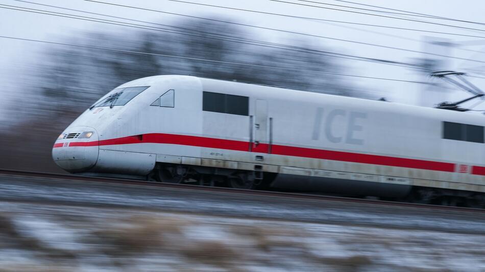 ICE auf freier Strecke