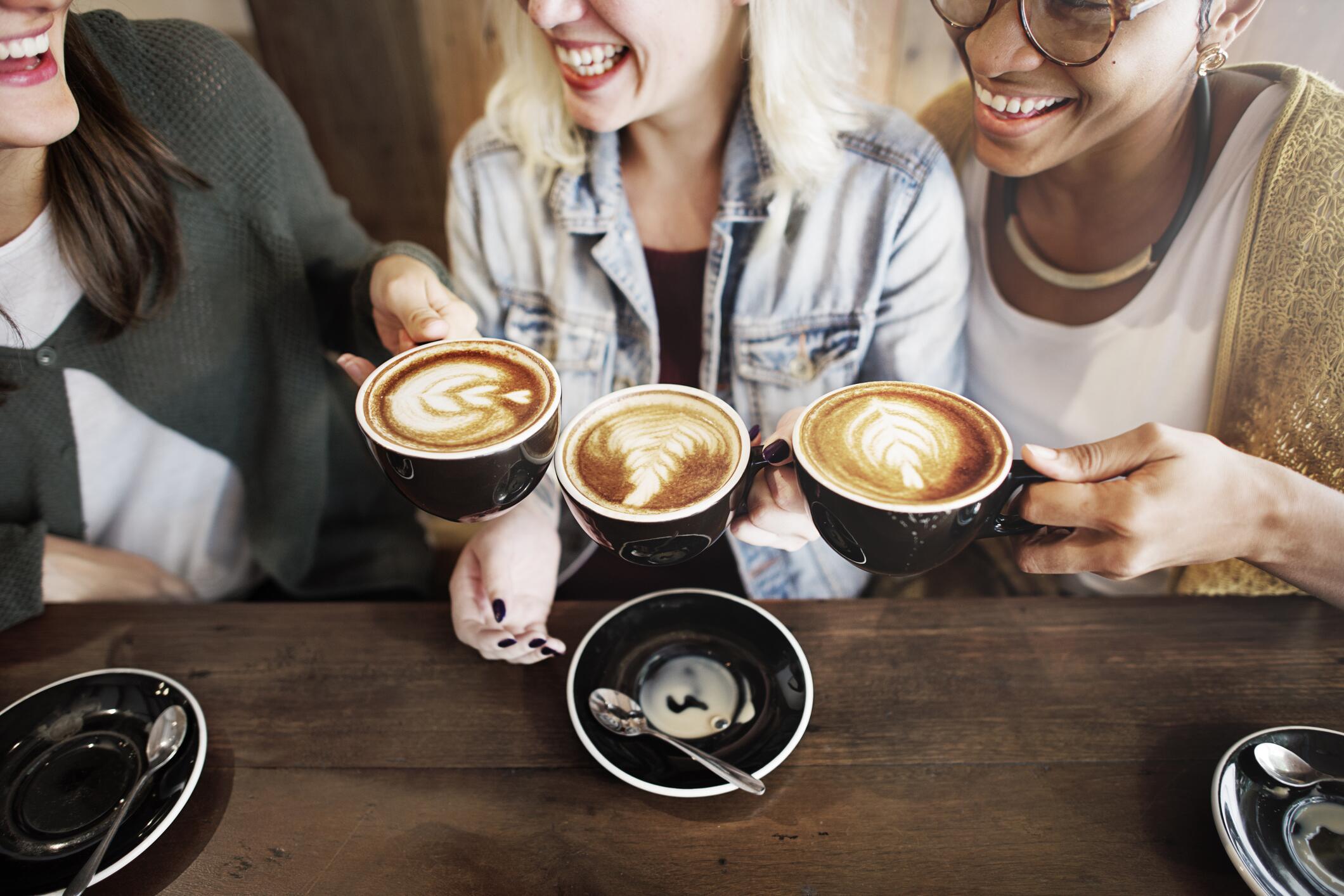 Bild zu Drei Frauen gehen gemeinsam Kaffee trinken.
