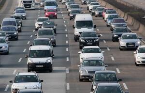 Im Stau gibt es einige Dinge, die Autofahrer unbedingt beachten sollten.