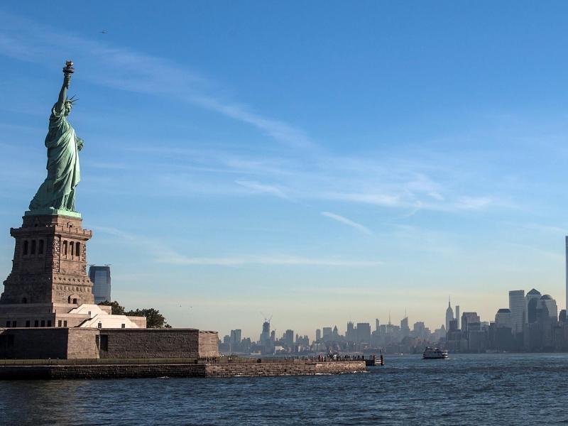 Bild zu Freiheitsstatue mit Blick auf Manhattan