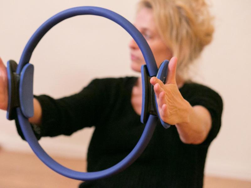 Bild zu Übung mit dem Pilates-Ring