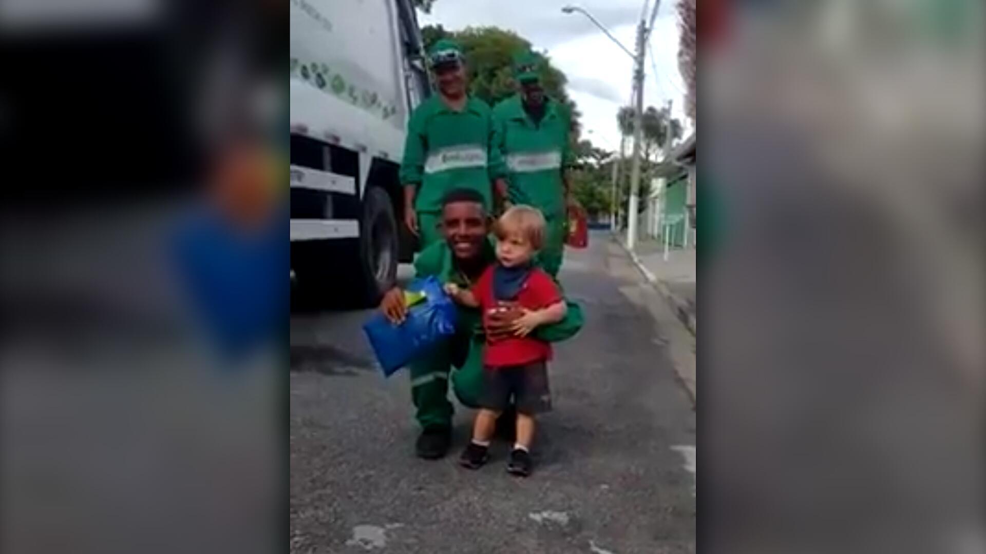 Bild zu Herzerwärmend: Kleiner Junge beschenkt Müllmänner