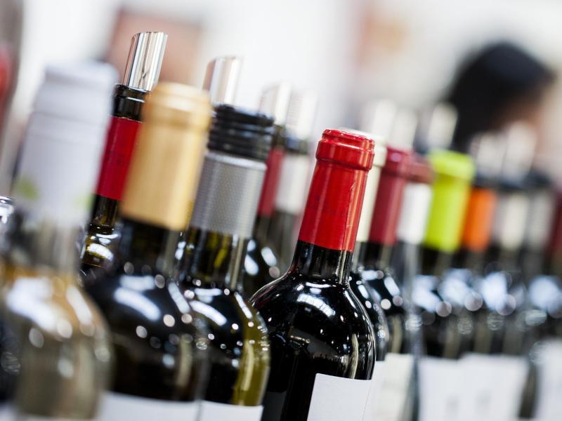 Bild zu Weinflaschen im Supermarktregal
