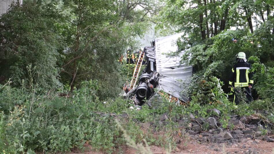 Lastwagen stürzt von Kinzigtalbrücke