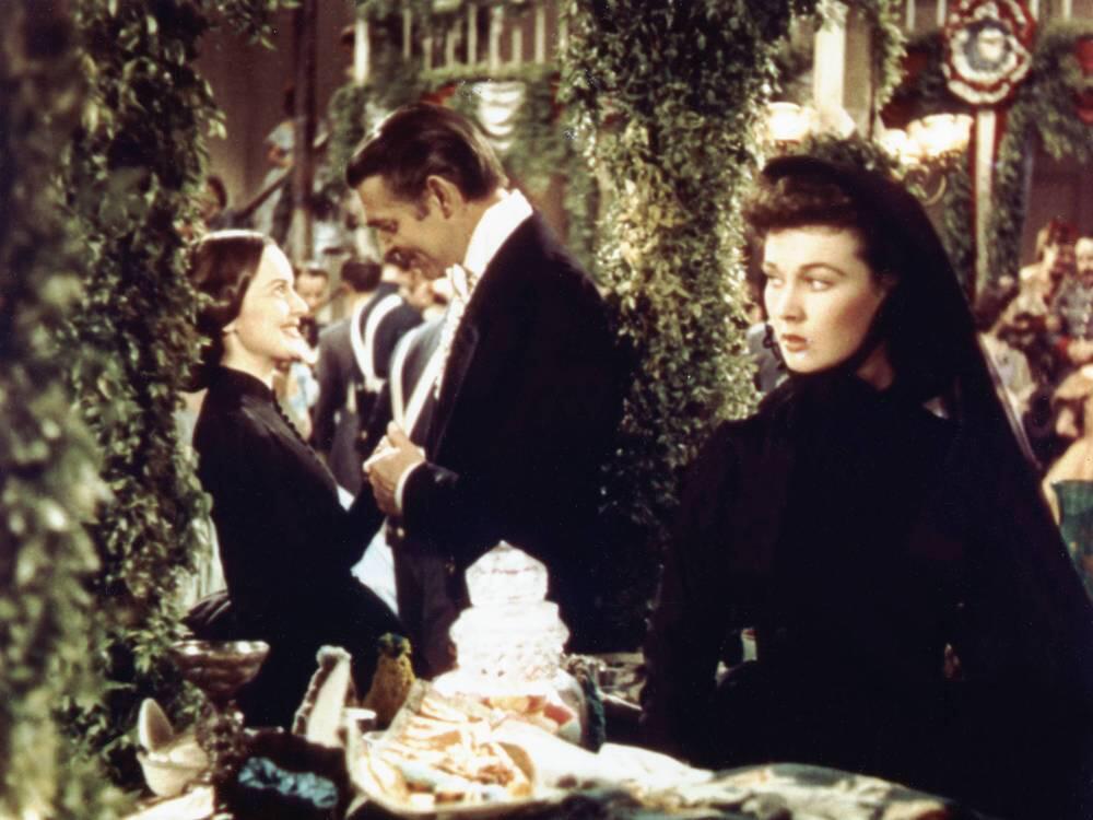 Bild zu Vivien Leigh (li.), Clark Gable und Olivia de Havilland im Film Vom Winde verweht