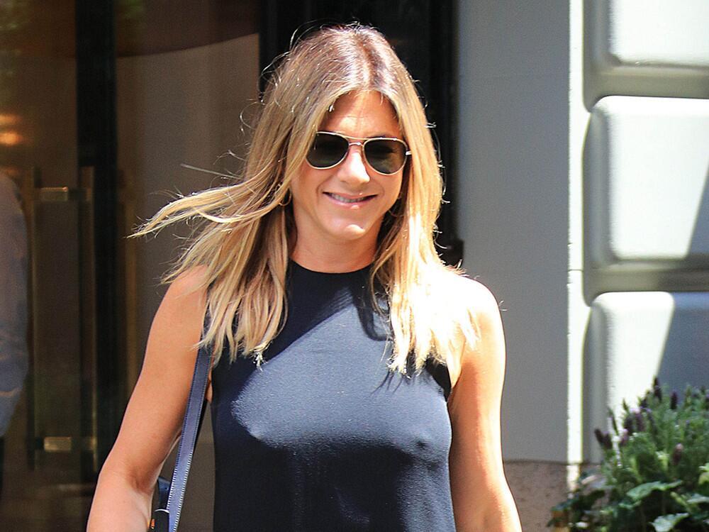 Bild zu Jennifer Aniston mit sichtbaren Nippeln