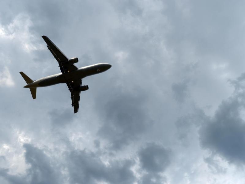Bild zu Gewitterwolken über einem Flugzeug