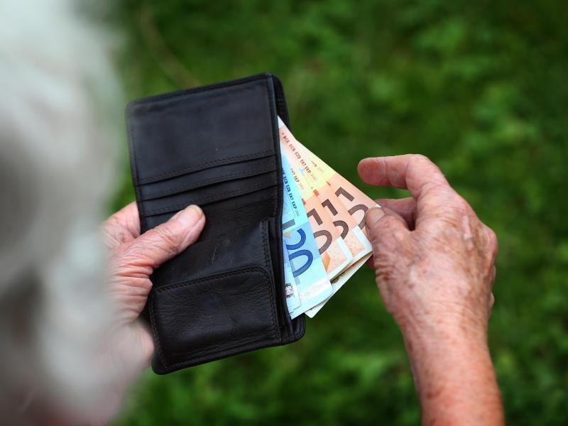 Bild zu Rentnerin mit Euroscheinen