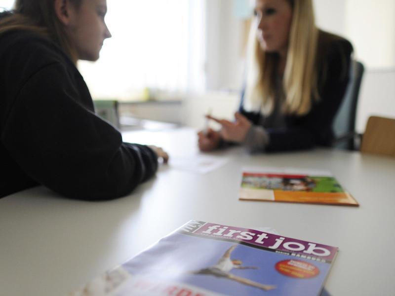 Bild zu Beraterin mit Jugendlichem im Gespräch