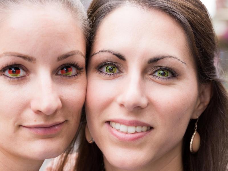 Bild zu Zwei Frauen mit Motivlinsen
