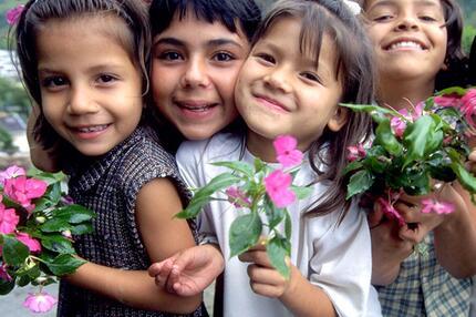 Kinder mit Blumen