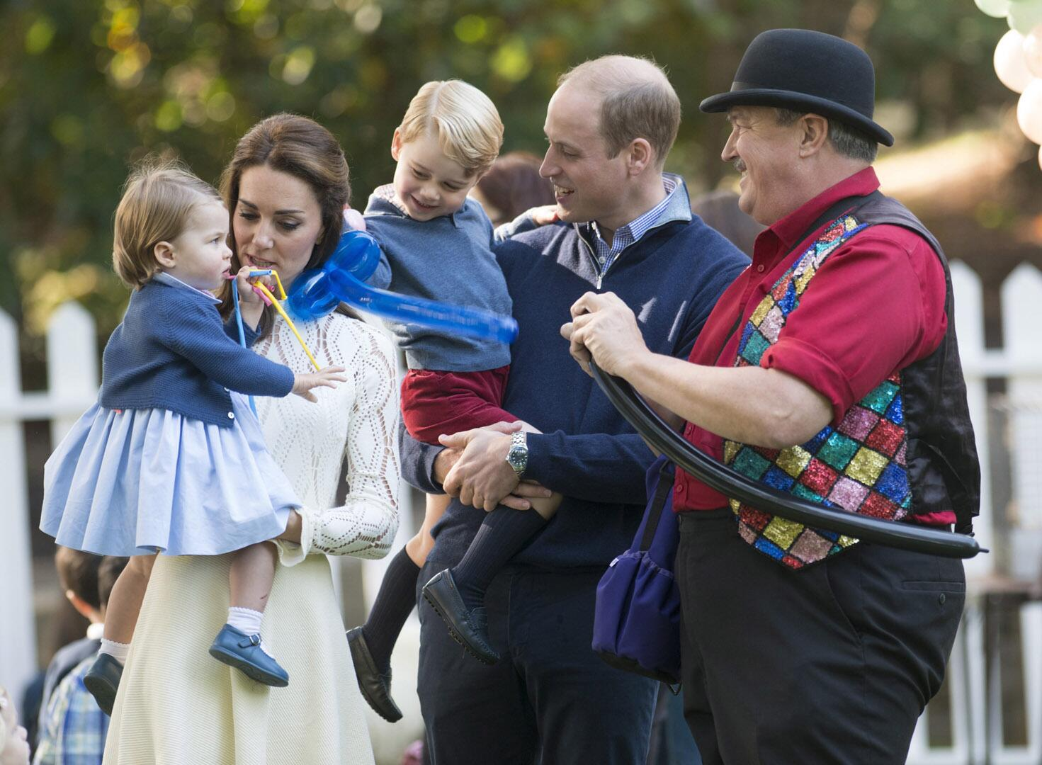 Bild zu Royals, Prinz George, Prinzessin Charlotte, Kinderparty, Kate, William, Luftballons