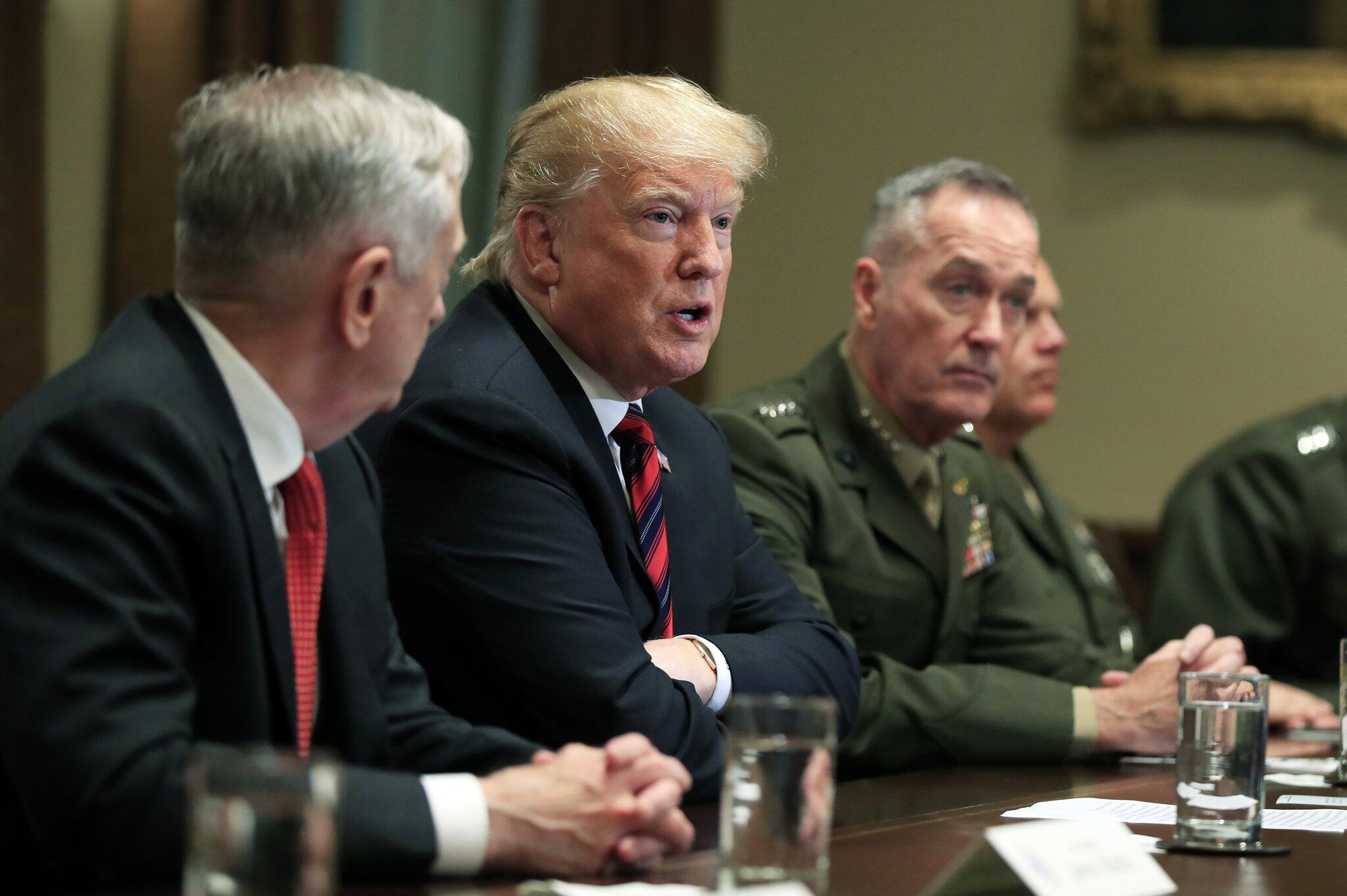 Bild zu US-Präsident Trump mit Militärs