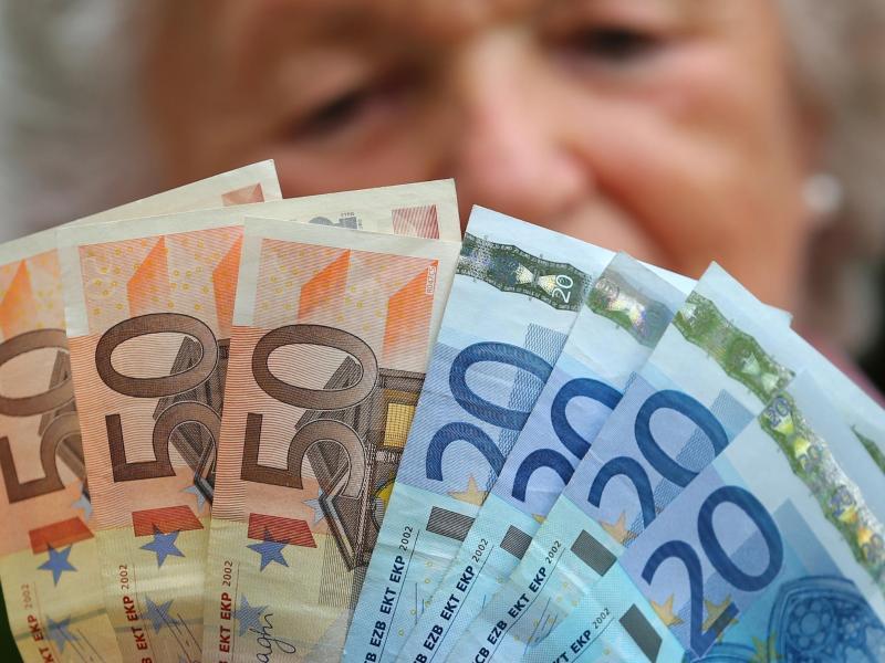 Bild zu Rentnerin mit Geldscheinen