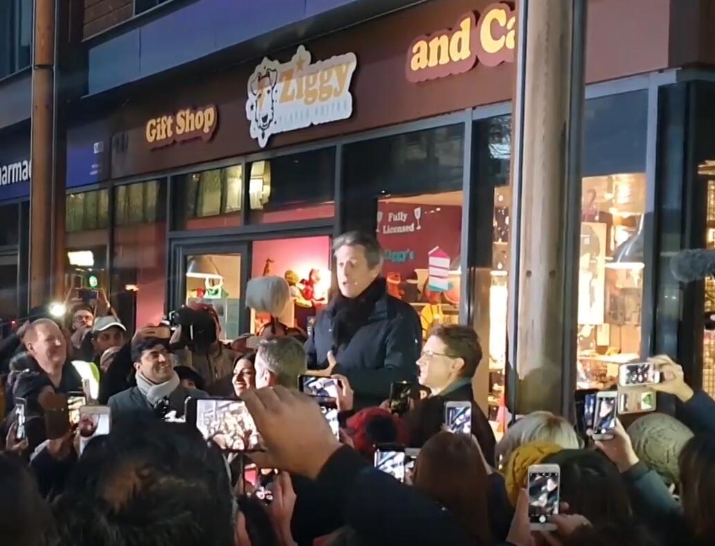Bild zu Hugh Grant bei Kundgebung kritisiert