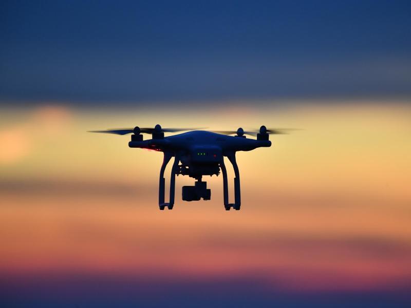 Bild zu Drohne am Abendhimmel
