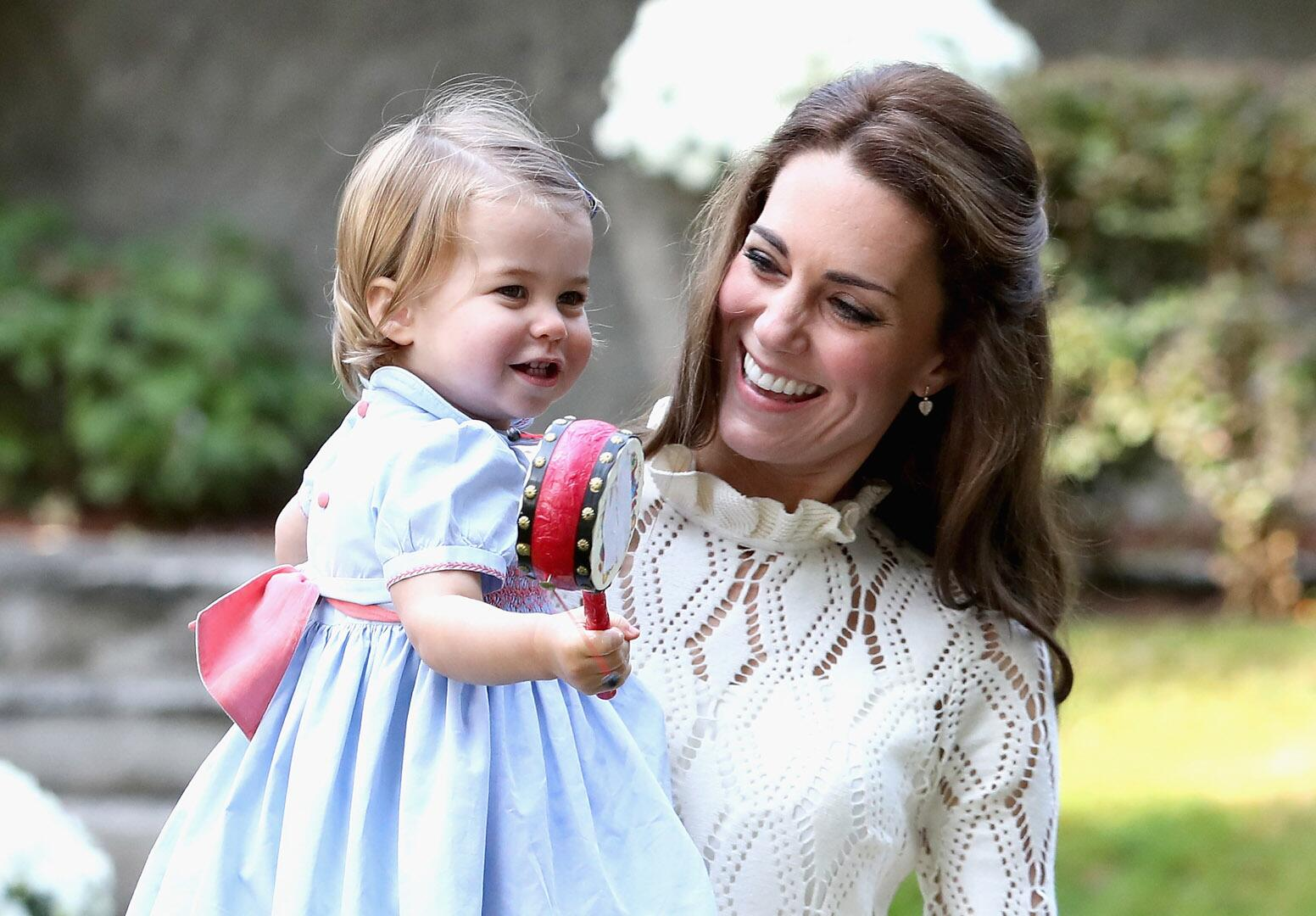 Bild zu Royals, Prinzessin Charlotte, Kinderparty, Herzogin Kate, Rassel