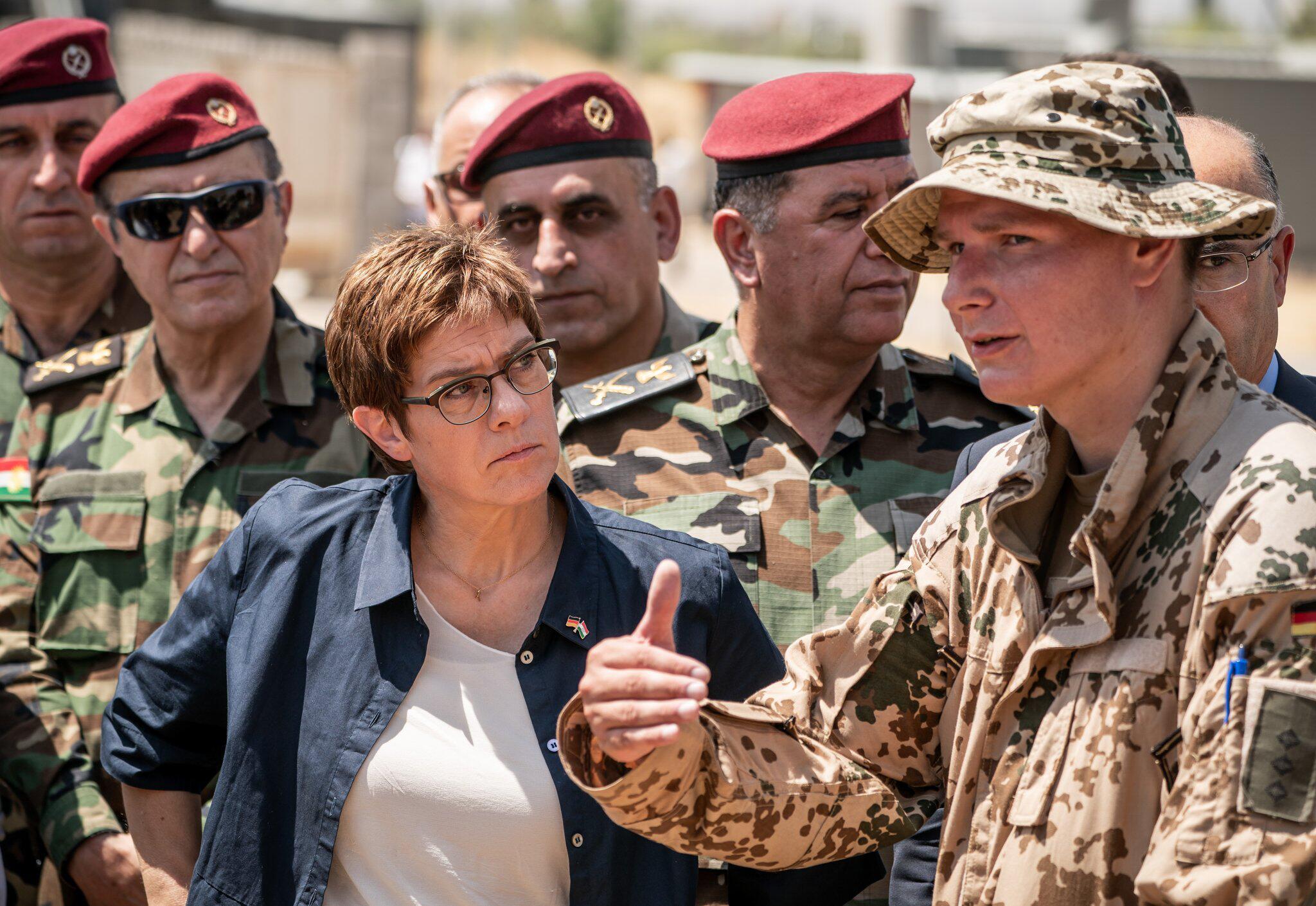 Bild zu Annegret Kramp-Karrenbauer im Irak