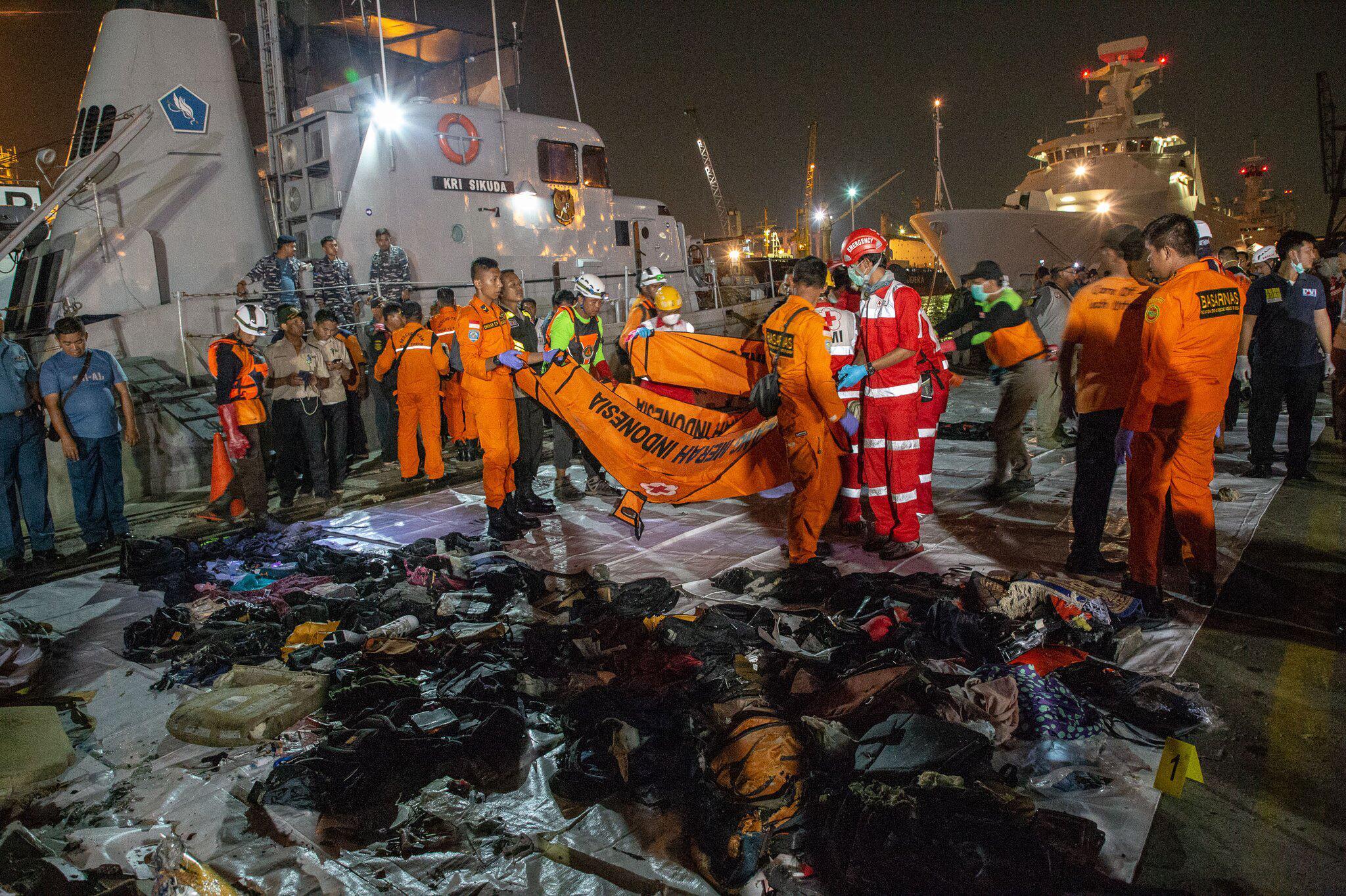 Bild zu Flugzeug in Indonesien abgestürzt