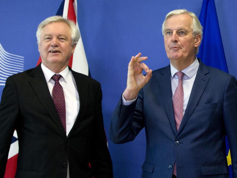 Bild zu Barnier und Davis in Brüssel