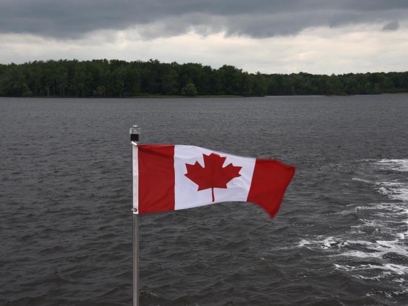 Bild zu Die kanadische Flagge am Ottawa River