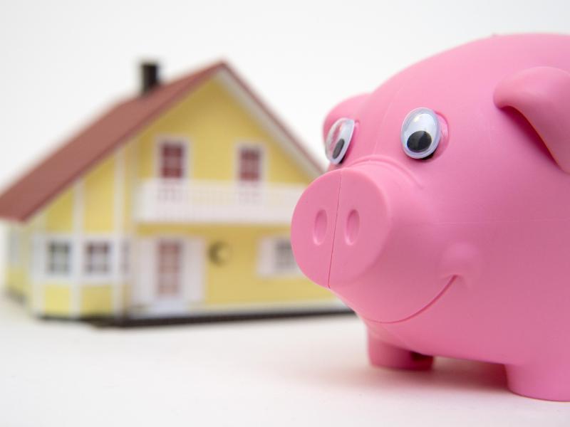 Bild zu Sparschwein und ein kleines Haus