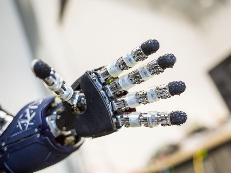 Bild zu Hand des Roboters iCub