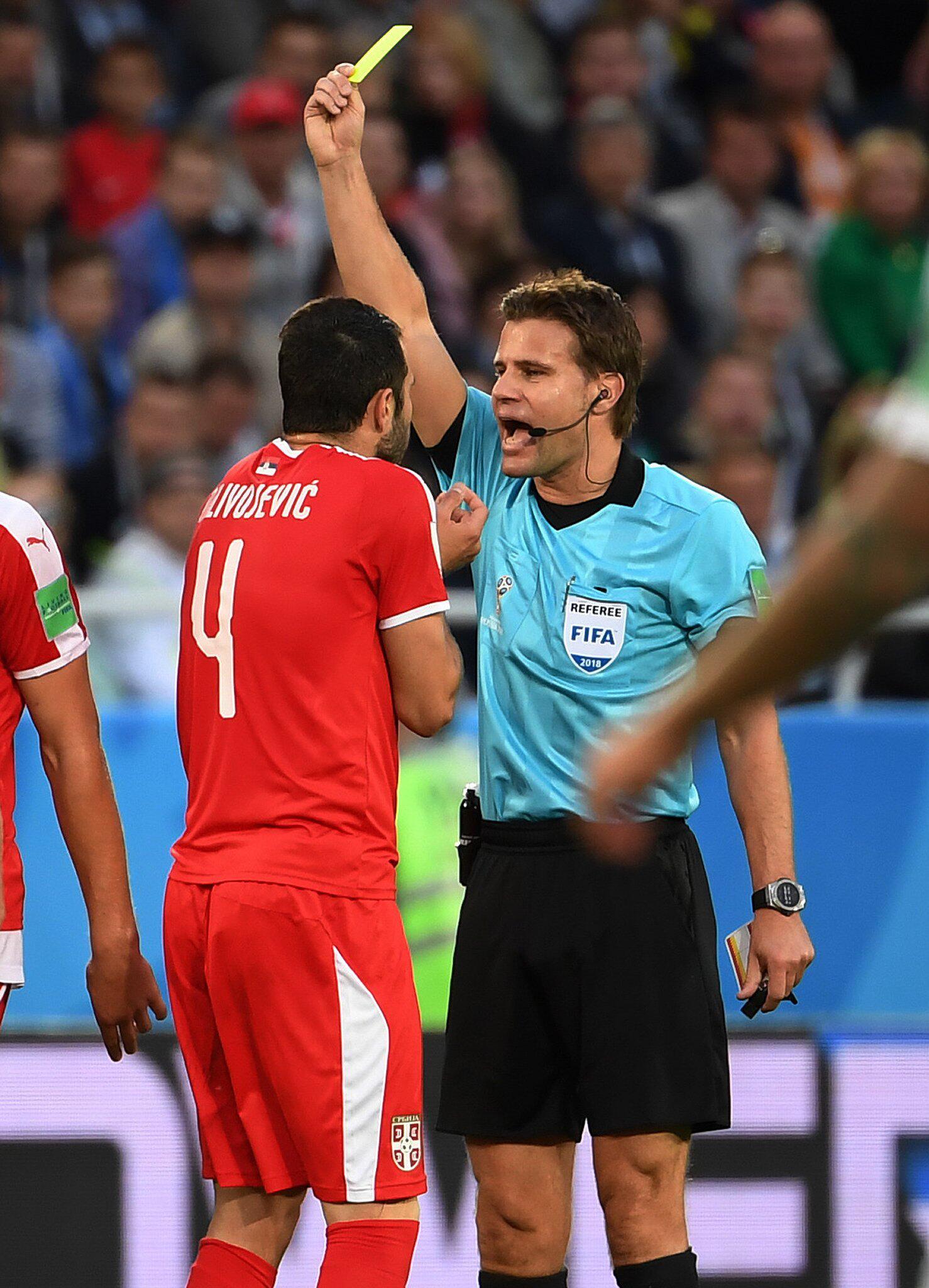 Bild zu Schiedsrichter Felix Brych (r) aus Deutschland zeigt Luka Milivojevic Gelb
