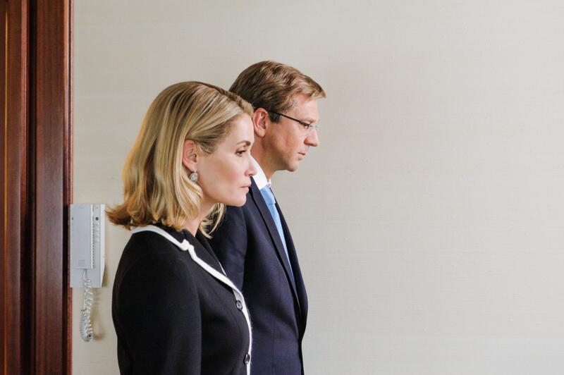 Bild zu Christian und Bettina Wulff verlassen das Schloss Bellevue