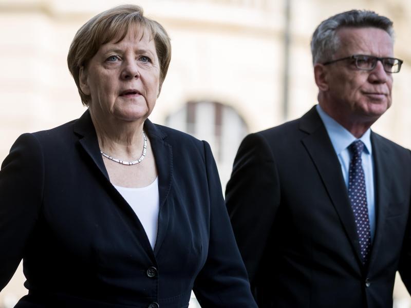 Bild zu Merkel und de Maizière