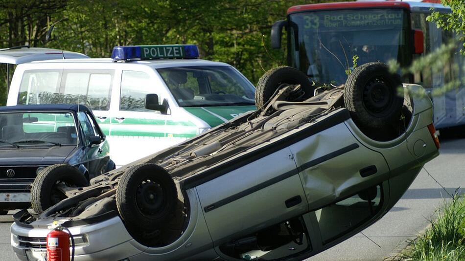 Erste Hilfe nach einem Autounfall ist in Deutschland Pflicht