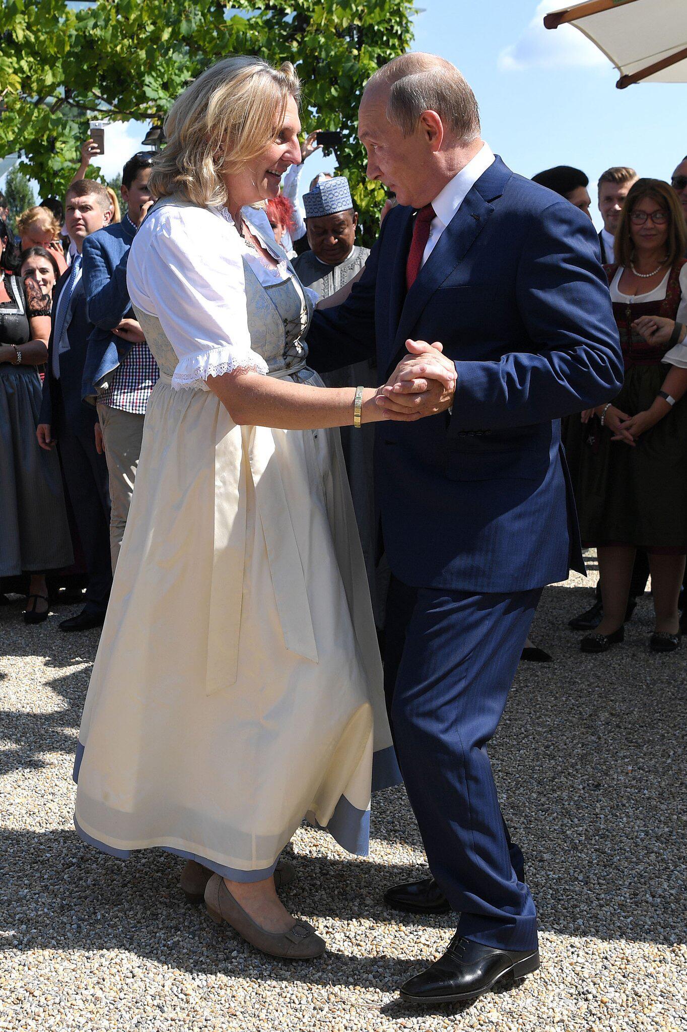 Wladimir Putin feiert mit Karin Kneissl: Hochzeit mit Männerchor und Misstönen | WEB.DE